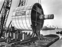 UPL000000027 Transport van de glanscilinder voor PM 22 in de haven Amsterdam. De glanscilinder werd per ...