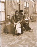 WAT001019786 Twee Volendammer mannen met jongetjes en twee meisjes.