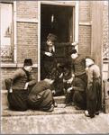 WAT001019809 Mannen bezig met het dobbelspel op straat.
