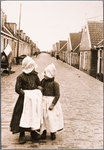 WAT001019805 Twee kinderen poseren in klederdracht op de Dijk.