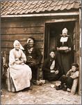 WAT001019810 Volendammer familie voor hun huis.