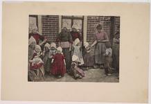 WAT001020975 Vrouwen en kinderen van Volendam poseren voor de fotograaf.