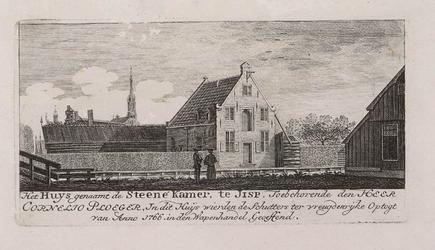 WAT001020830 Huis 'de Steene Kamer' met erf en linksachter de torens van de kerk en raadhuis.