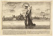 WAT001020994 Gezicht op de stad Edam vanuit de Zuiderzee met rechts de haven Het oorgat en met zeilschip en stadswapen.