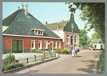 WAT001010845 Kaasmakerij en Raadhuis met daarvoor Klaas Tuin en Dieuwerina Anna Leegwater