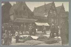 WAT001011144 Het Nieuwenhuizenplein met de kaasmarkt. Op de achtergrond zijn de kaaswaag en Café Oost Indië te zien.