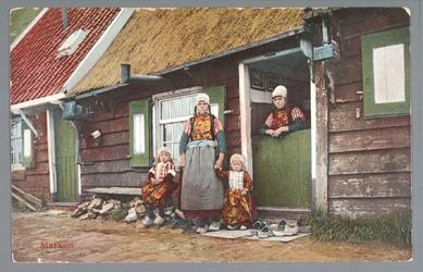 WAT001011962 In de deur Rieka Visser, en Grietje de Waard met Cees en Jaap Visser