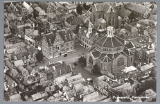 WAT001012373 Links het Stadhuis, met rechts vooraan de Koepelkerk uit 1853 en schuin daarboven de vierde Katholieke ...