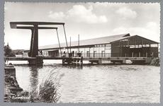 WAT001012420 Rechts veilingcomplex van Afslagvereniging B.P.O, (Beemster, Purmerend en omstreken) met links de Kooimanbrug