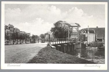 WAT001012454 Beemsterbrug met rechts de brugwachters woning en helemaal links een stukje van de Bierkade