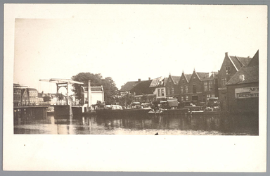 WAT001012459 Beemsterburgwal met links de Beemsterbrug en rechts de neerzetloods en het afslaggebouw van ...