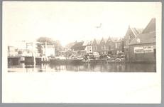 WAT001012460 Beemsterburgwal met links de Beemsterbrug en rechts de neerzetloods en het afslaggebouw van ...