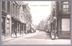 WAT001012467 Breedstraat met links een winkel in porselein, aardewerk en kristal