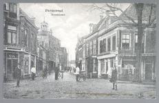 WAT001012472 De Breedstraat van de oostzijde met helemaal links de sigarenwinkel van de heer Brun en helemaal rechts de ...