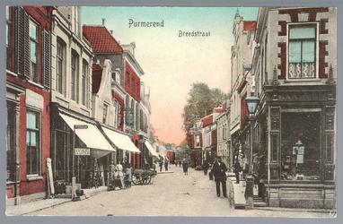 WAT001012478 Breedstaat met helemaal links een winkel, waar ze cacao verkochten van het merk Bensdorp, daarnaast een ...