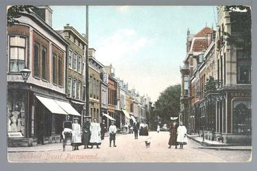 WAT001012484 Breedstraat met helemaal links een manufacturenwinkel van PietStrooper en rechts in het midden het pand ...
