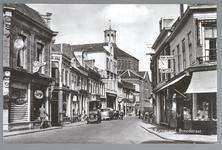 WAT001012486 De Breedstraat gezien van de oostzijde met op de achtergrond de Koepelkerk. Het pand 24-26 geheel links is ...