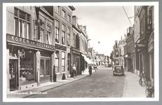 WAT001012475 Breedstraat met links een winkel in koper en ijzerwaren van de firma Mirck, daarnaast een pand van de ...