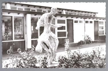 WAT001012493 Dopschool aan het Cavaljéplein, met een kunstwerk van mevrouw Statius Muller