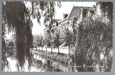 WAT001012532 Op nr 4 rechts de St. Liduina Stichting. Het gebouw aan de Emmakade is in 1912 gebouwd onder architectuur ...