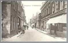 WAT001012608 Hoogstraat met rechts een sigaren en wijnhandel met de naam Purmerstein en daarnaanst een pianowinkel