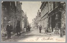 WAT001012607 Links met pet A.Engelen en rechts de tabakswinkel van Brinkman en daarnaast het notaris huis van notaris ...