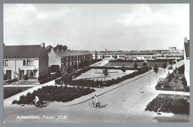 WAT001012639 Achtergrond: midden Kleuterschool Hummeloord, links de Christelijke MAVO Prins Willem Alexander, rechts ...