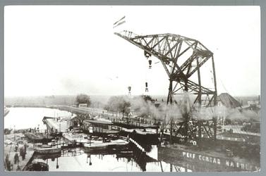 WAT001012685 Plaatsing van de nieuwe sluisbrug in 1938 met een hijskraan op een ponton van de werf Conrad Haarlem.