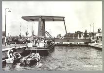 WAT001012688 Sluis te Purmerend, met op de achtergrond de nieuwe sluisbrug uit 1960