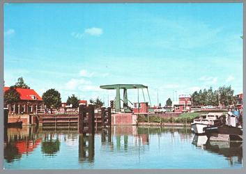 WAT001012690 In het midden de schutsluis met daarnaast de Beemsterbrug uit 1960