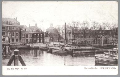 WAT001012701 Kanaalkade met in het midden de Koepelkerk en rechts de sluis. Op de Kanaalkade het kaaspakhuis van Stuijt