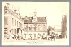 WAT001012732 Links het oude Stadhuis te Purmerend, afgebroken in 1911, rechts daarvan de kaaswaag uit 1882 en helemaal ...