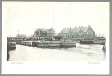 WAT001012671 Het Noordhollands Kanaal met rechts de Kom, aan de overkant de Kanaaldijk en op de achtergrond de sluis en ...