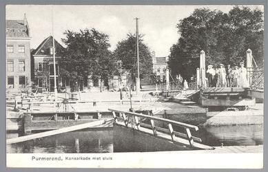 WAT001012672 Op de voorgrond de sluis en de houten sluisbrug. Op de achtergrond de Neckerdijk