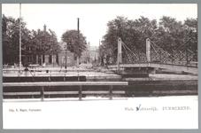 WAT001012674 Op de voorgrond de sluis en de houten sluisbrug. Op de achtergrond de Neckerdijk