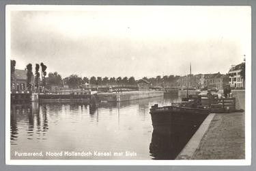 WAT001012683 Noord-Hollands Kanaal; Sluis, het schip dat er rechts is aangemeerd is de Stad Haarlem.