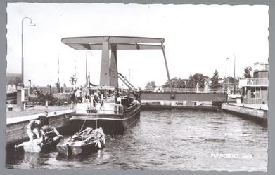 WAT001012686 Sluis te Purmerend, met op de achtergrond de nieuwe sluisbrug uit 1960