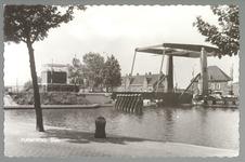 WAT001012687 Rechts de nieuwe sluisbrug uit 1960 met daarachter de Sluis