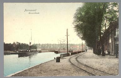 WAT001012703 Links een stoomschip die de sluis binnenvaart. En recht een tramrail, waarlangs de tram naar Alkmaar reed.