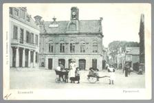 WAT001012721 Links het oude Stadhuis te Purmerend, afgebroken in 1911. Het gebouw is eerder tweemaal verbouwd en in ...