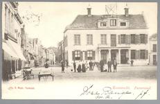 WAT001012739 Links de Peperstraat en rechts het oude Stadhuis te Purmerend, afgebroken in 1911. Het gebouw is ...