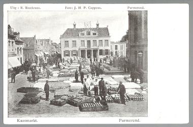 WAT001012754 Kaasmarkt te Purmerend, op een gegeven moment de twee na grootste van Nederland. Midden achter het oude ...