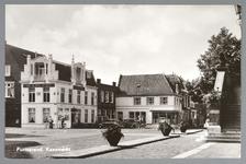 WAT001012758 Links het Noord Hollandsche Koffiehuis van Wierstra. Dit pand Kaasmarkt 3 dateert vermoedelijk uit 1617 en ...