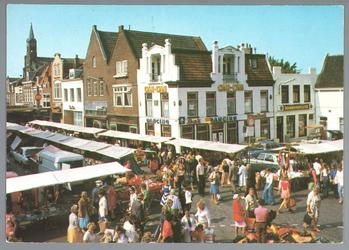 WAT001012768 Warenmarkt op de Kaasmarkt met op de hoek Dancing Can-Can en rechts daarnaast een grammofoonwinkel.