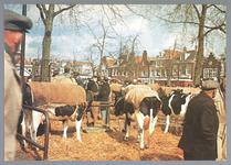 WAT001012832 Koemarkt. Op de kop van de koemarkt verhandelde men al sinds 1612 koeien, ossen, paarden, varkens en ...