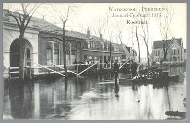 WAT001012834 Als gevolg van een zware noordwester storm brak in januari 1916 de Waterlandse Zeedijk tussen Monnickendam ...