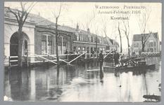 WAT001012843 Watersnood januari-februari 1916, de Koestraat met op de achtergrond het postkantoor van 1912. Links de in ...