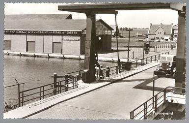 WAT001012844 De Kooimanbrug, gebouwd in 1952, met links op de achtergrond de neerzetloods uit 1953 van groentenveiling ...