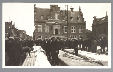 WAT001012744 De kaasmarkt met in het midden het Stadhuis, in gebruik genomen op 6 juni 1912, architect Jan Stuyt.