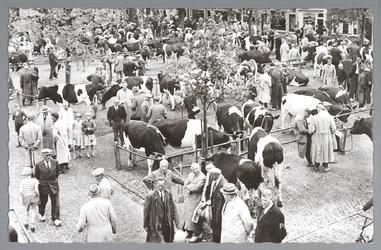 WAT001012812 Koemarkt. Op de kop van de koemarkt verhandelde men al sinds 1612 koeien, ossen, paarden, varkens en ...